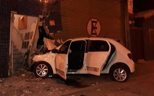 Carro roubado ficou destruído em acidente em Pouso Alegre (MG) (Foto: Corpo de Bombeiros)