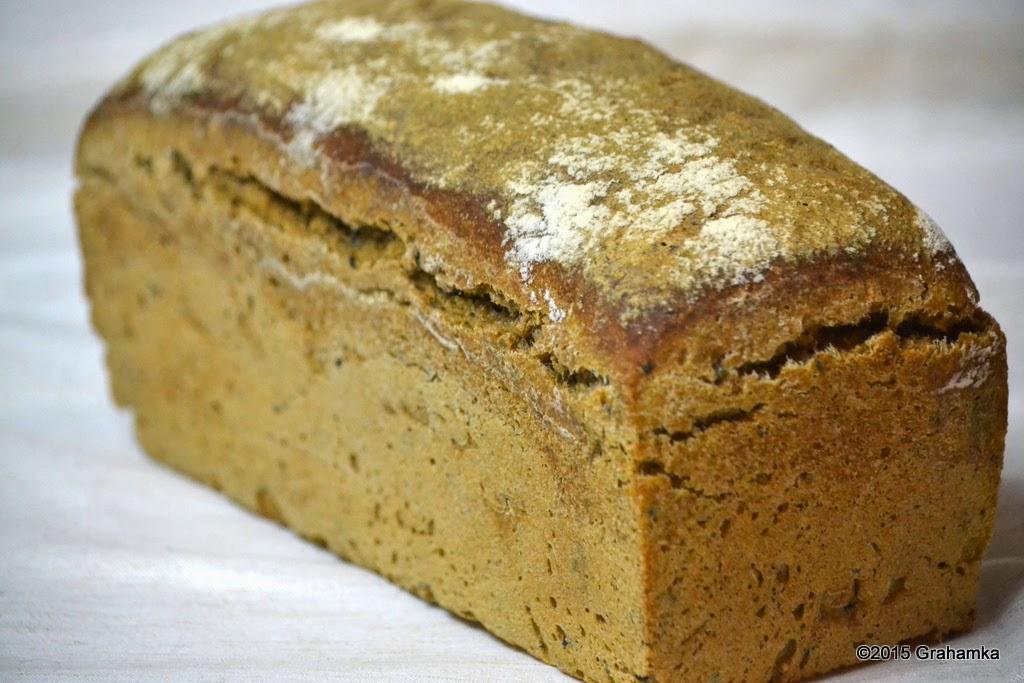Upieczony chleb wyjęty z foremki
