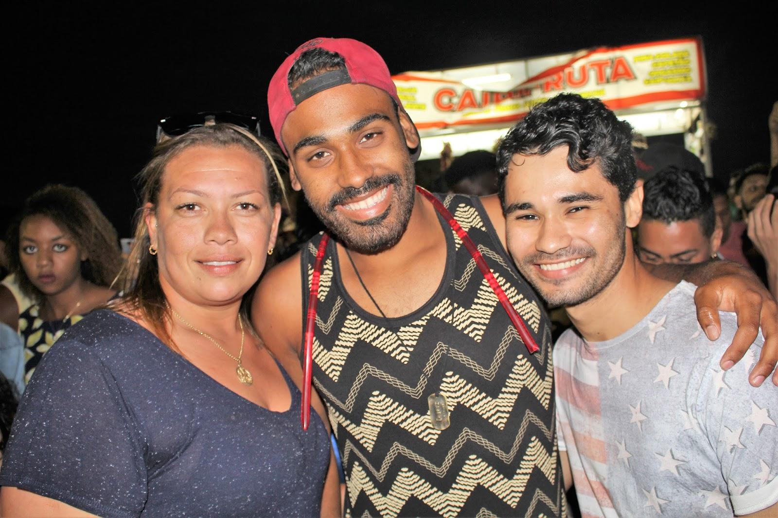 Parada do Orgulho LGBT de Cabo Frio, RJ, reúne milhares de pessoas na praia do Forte