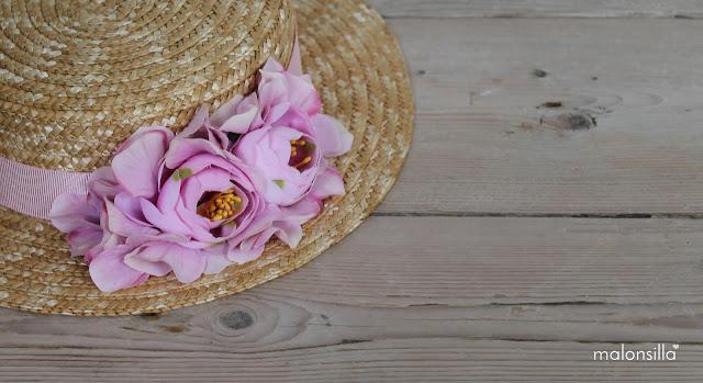 Detalle de las flores del sombrero tipo canotier en rosa palo