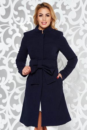 palton albastru in clos