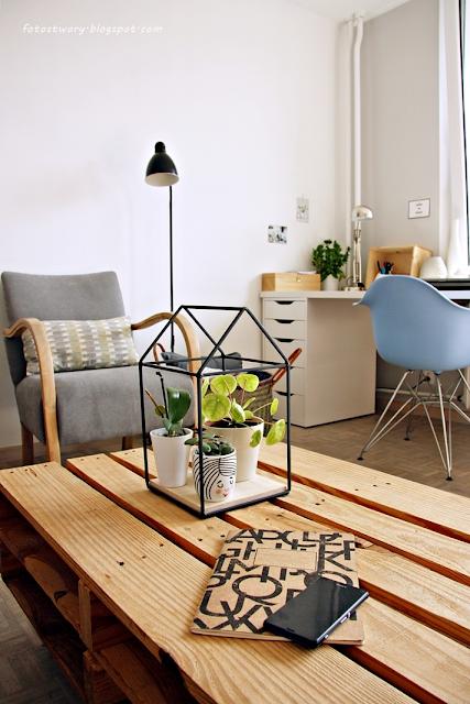 salon, białe biurko, szary fotel, kwietnik, krzesło eames