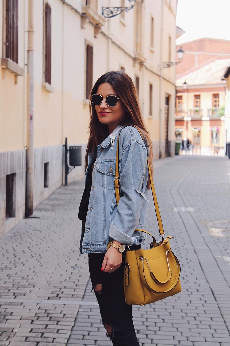 Look primavera cazadora vaquera y bolso amarillo moda