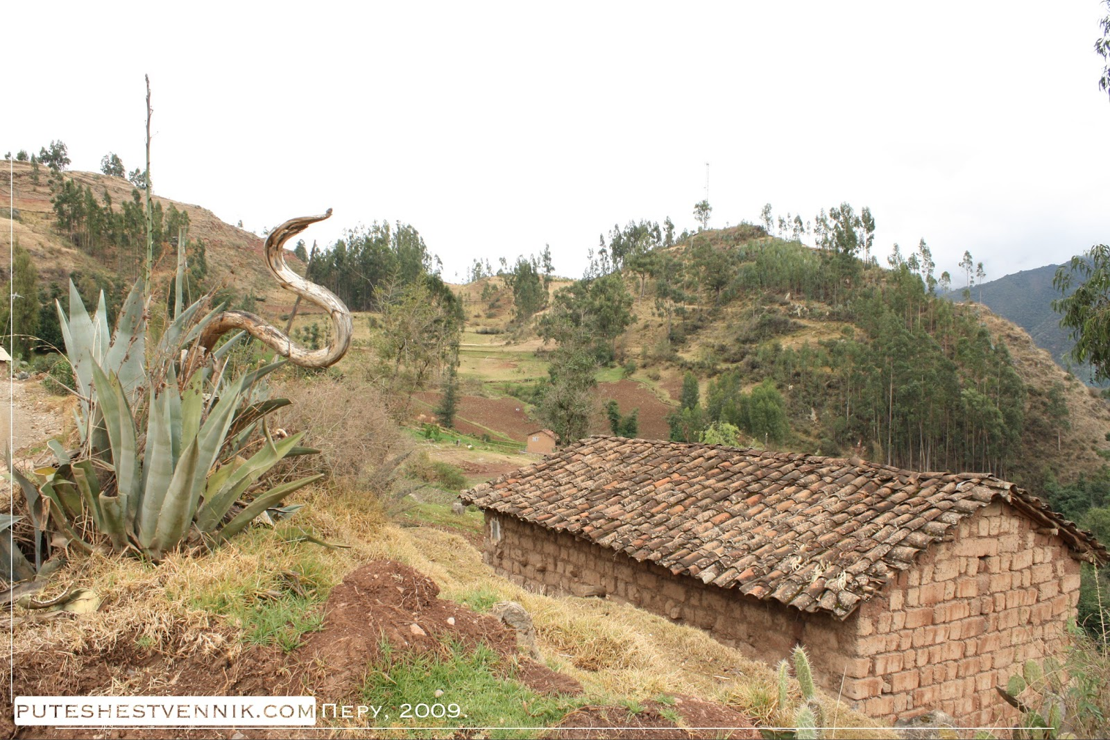 Дом с черепичной крышей в перуанской деревне