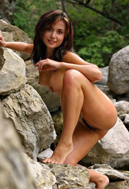 Moreninha gostosa tomando banho no rio