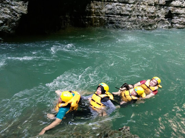 foto menyusuri sungai green canyon