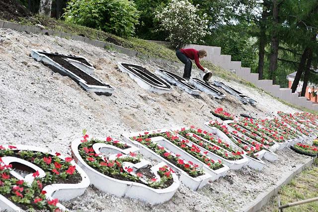 Большеразмерная цветочная надпись «Город преподобного Сергия» появилась на въезде в туристическую часть Сергиева Посада.