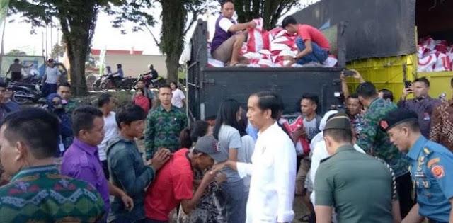 Ditegur Bawaslu, Jokowi Masih Saja Bagi-Bagi Sembako