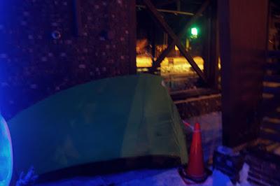 ハウスヤルビ奈井江の軒下でテントを張る
