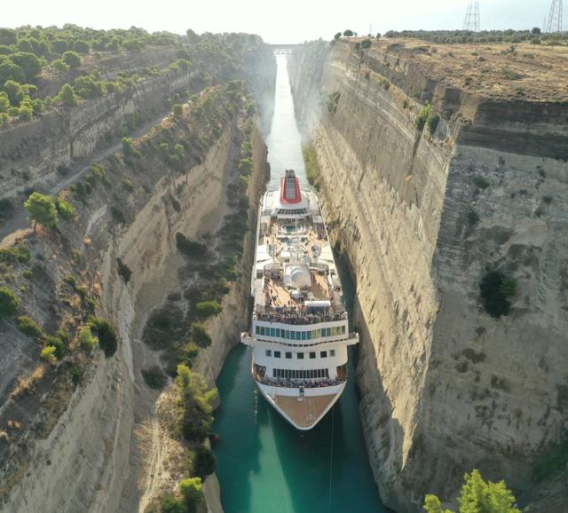 Κρουαζιερόπλοιο σχεδόν 200 μέτρων περνά από τη Διώρυγα της Κορίνθου (photos)