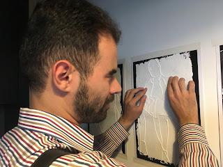 Ο Βαγγέλης αγγίζει την ανάγλυφη απεικόνιση της φωτογραφίας