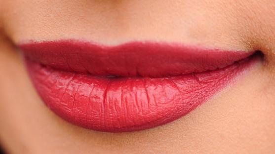 10 Cara Memerahkan Bibir Secara Alami Dengan Mudah