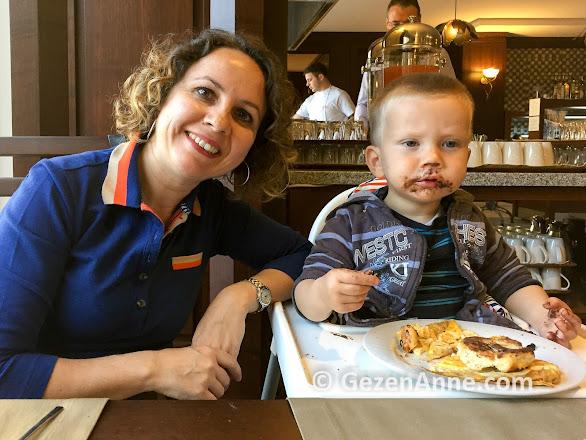 oğlumla kahvaltı ederken, Ramada Güre Kazdağları otel