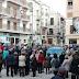 CATÓLICOS SE ACORRENTAM A EMBLEMÁTICA CRUZ E EVITAM SUA RETIRADA NA ESPANHA
