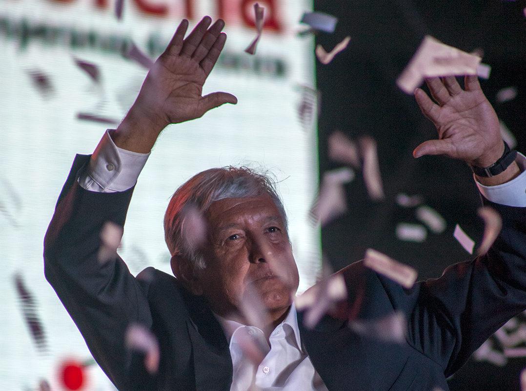 Con lleno en el Azteca, López Obrador reivindica movimientos sociales de las últimas décadas