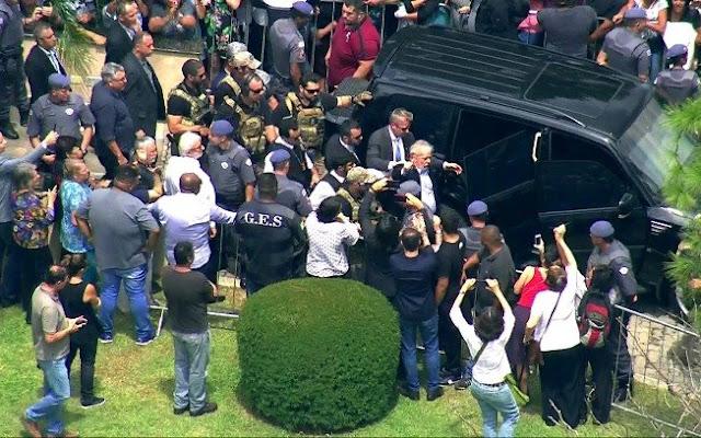 Luiz Inácio Lula da Silva deixando velório do neto Arthur (Reprodução/TV Globo)