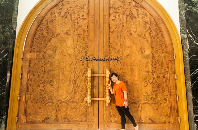 salah satu pintu dengan ornamen yang indah di pagoda taman alam lumbini