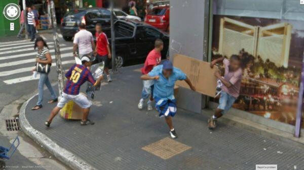 18 Hilariously Weird Moments Captured On Google Street View - Cardboard fight!
