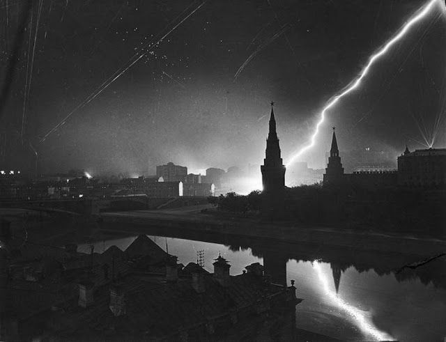Blacked-out Moscow during the air raid of 26 July 1941 worldwartwo.filminspector.com