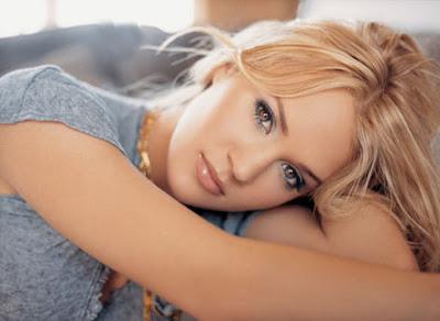 Foto de Carrie Underwood posando recostada