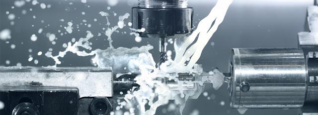 CNC fresando pieza de aluminio con refrigeración liquida