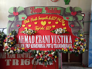bunga papan happy wedding slempang pita