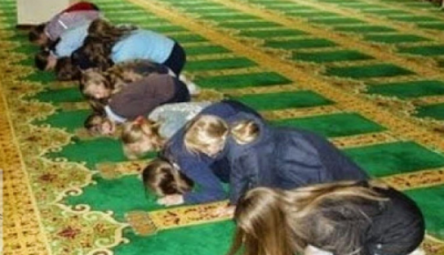 ثلاث فتيات دخلن مسجد بملابس السباحة.. فماذا حصل لهن! إليكم تفاصيل الحادث الذي أثار جنون جميع الموجودين في المسجد...