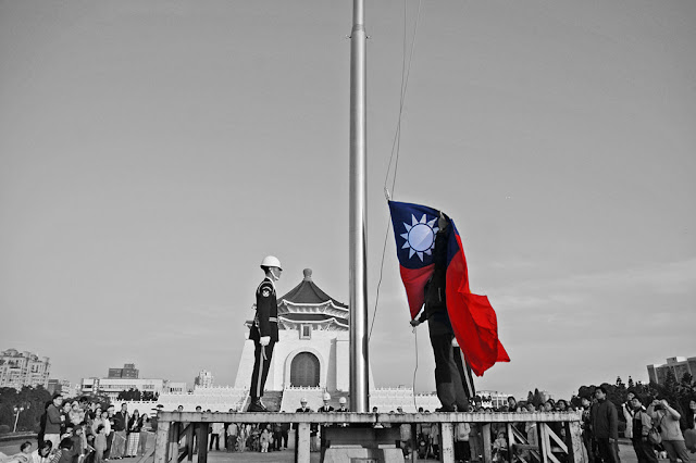 Image Attribute: The daily flag-lowering ceremony at Chiang Kai Shek Memorial Hall (中正紀念堂), Taipei.  / Source: Wikimedia Commons