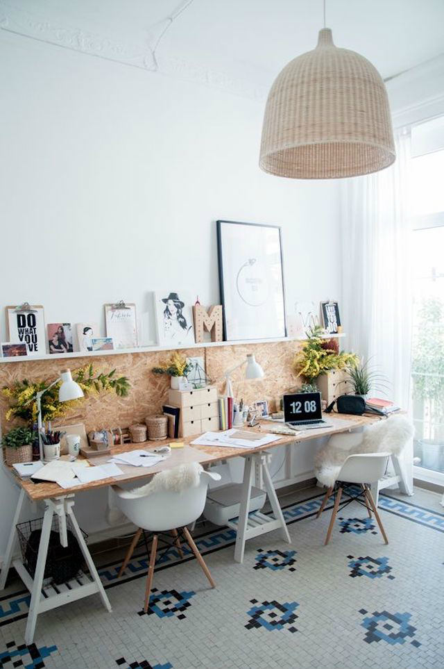 escritorio con caballetes y tablero de aglomerado