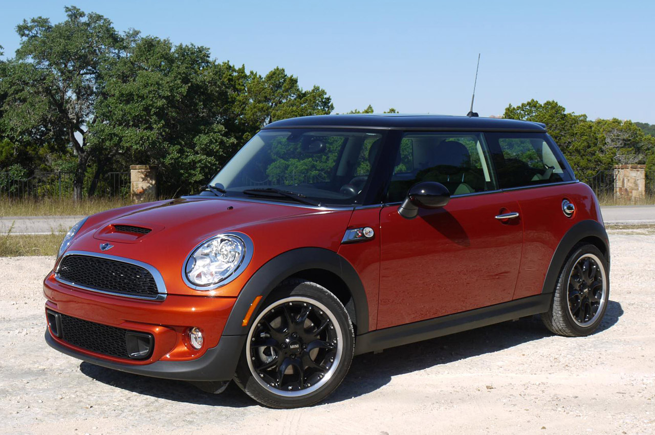 The 2017 Mini Cooper Comes With A 1 6 Liter Four Cylinder Engine Good For 121 Hp And 114 Pound Feet Of Torque Six Sd Manual Hill Start Ist Is