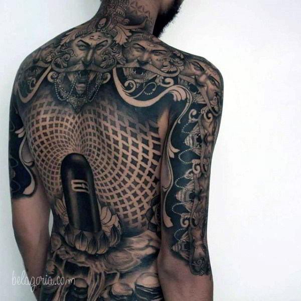 Vemos a un chico tatuada con diseños geometricos