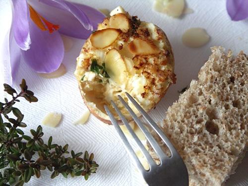 jajka faszerowane w skorupce i zasmażane w płatkami migdałowych