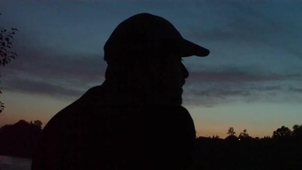 لقطات للمونتاج   رجل ينظر للسماء