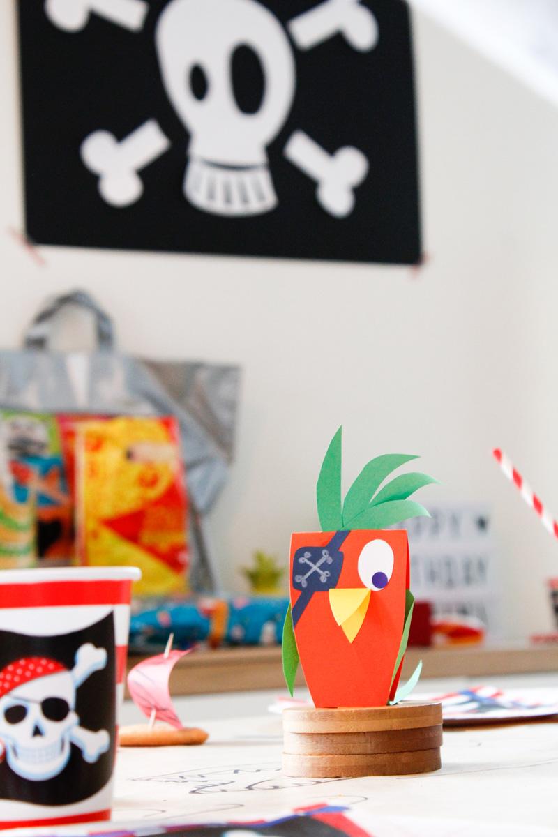 camille epplin illustratrice papier anniversaire pirate avec une d coration en papier bien s r. Black Bedroom Furniture Sets. Home Design Ideas