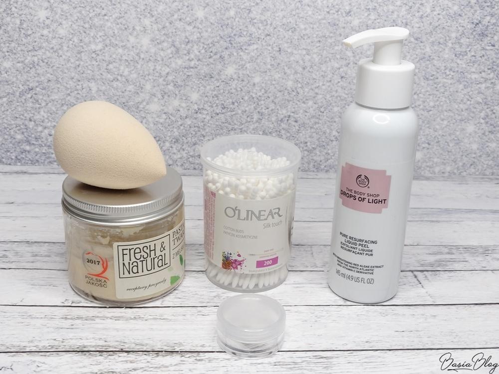 gąbeczka do makijażu Beauty Blender nude, patyczki kosmetyczne O'Linear, pasta do mycia twarzy Fresh&Natural z melisą i szałwią, peeling typu gommage The Body Shop liquid peel, peeling wygładzający Sylveco