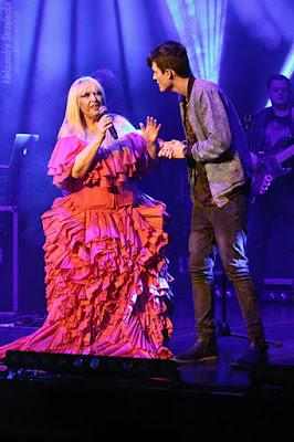 Maryla Rodowicz z fanem na scenie