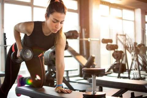 7 Tips Mengangkat Berat Untuk Kebugaran Badan Di Tempat Fitnes