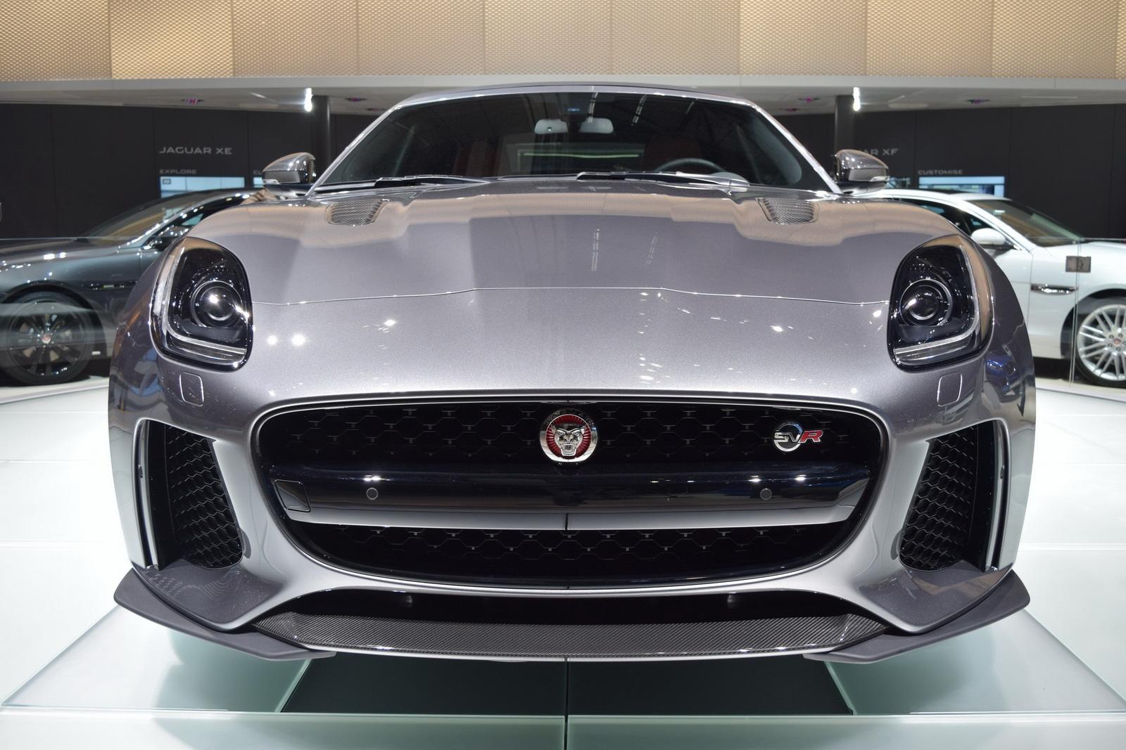 Mặt trước của Jaguar F-Type SVR 2017 khá là thô kệch