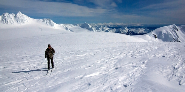 Skiers survive days in a shrinking cave under the Alaskan snow