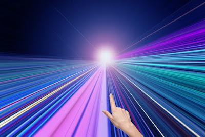 遠くの光を指している人差し指
