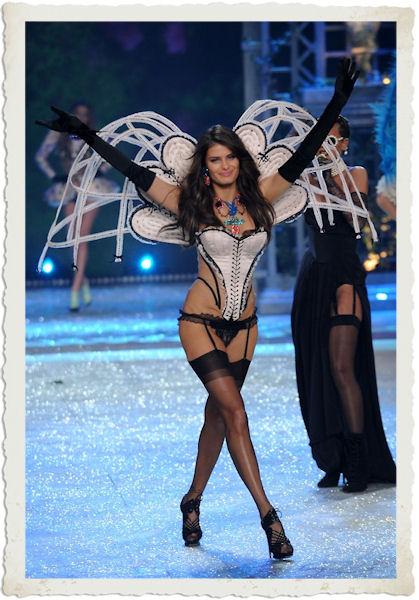 Isabeli Fontana nella sfilata in lingerie al Victoria's Secret Fashion Show 2012