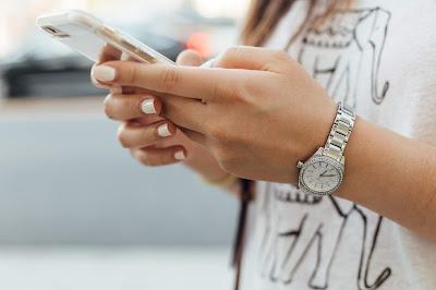 Chica utilizando una aplicación en su smartphone