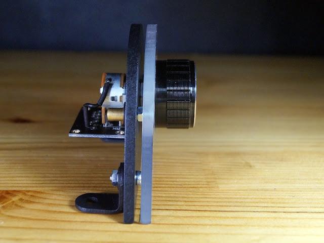 Панель с регулятором громкости. Вид сбоку
