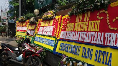 Kini, Karangan Bunga Itu Bersandar di Gedung NU