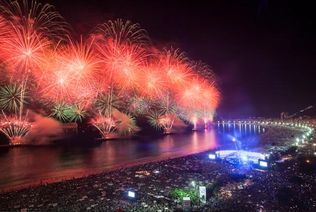 Fogos de artifício no Ano Novo em Copacabana