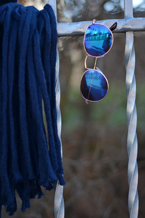 blauer Schal mit langen Fransen