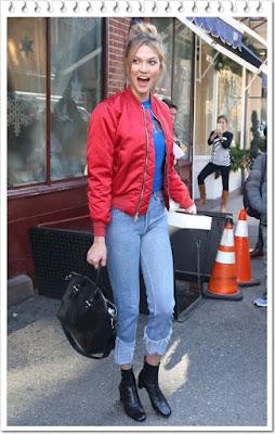 カーリー・クロス(Karlie Kloss)は、アンレーベル (Unravel)のボンバージャケット、ジ エルダーステイツマン(The Elder Statesman)のセーター、リダン (Re/Done)のジーンズ、アレキサンダーマックイーン (Alexander McQueen)のトートバッグ、バイファー (By Far)のアンクルブーツを着用。