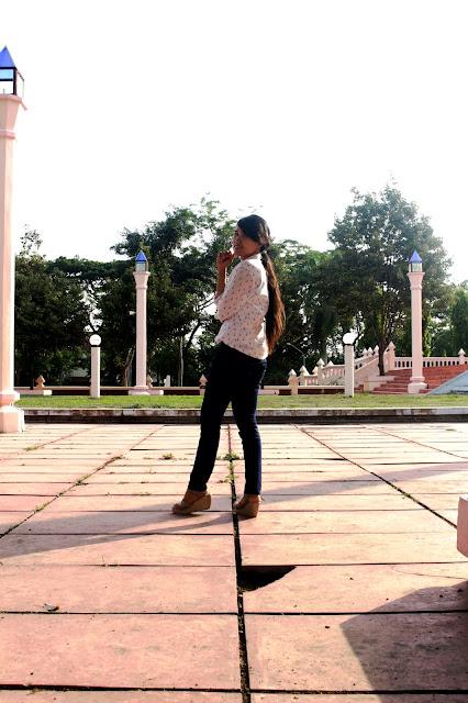 foto-outfit-kemeja-putih-lengan-panjang-jalan-jalan-ootd-masjid-an-nur-pare-kediri-terbesar-icon-pare