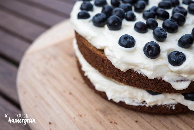 Möhren-Walnuss-Torte mit Blaubeeren und Frischkäse-Frosting, Layer-Cake