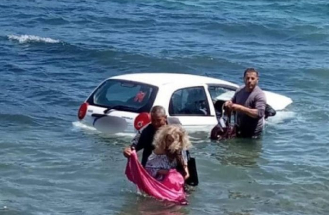 Απίστευτες εικόνες:Περαστικοί έσωσαν γυναίκα που έπεσε με το ΙΧ της στην θάλασσα!